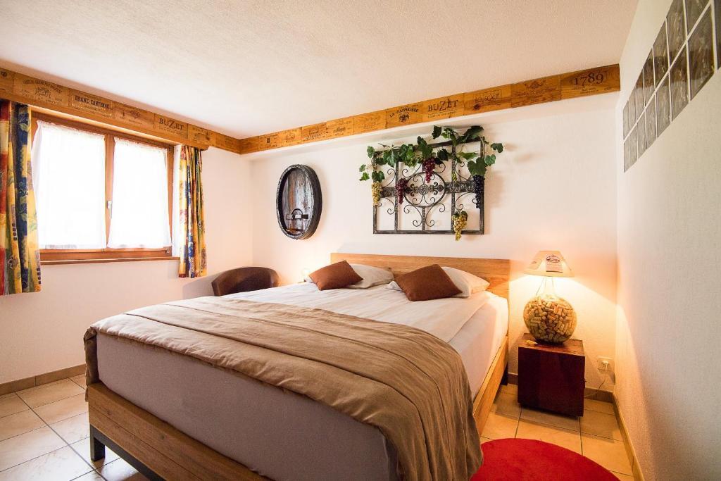 Llit o llits en una habitació de Rêves Gourmands, Hôtellerie & Gastronomie
