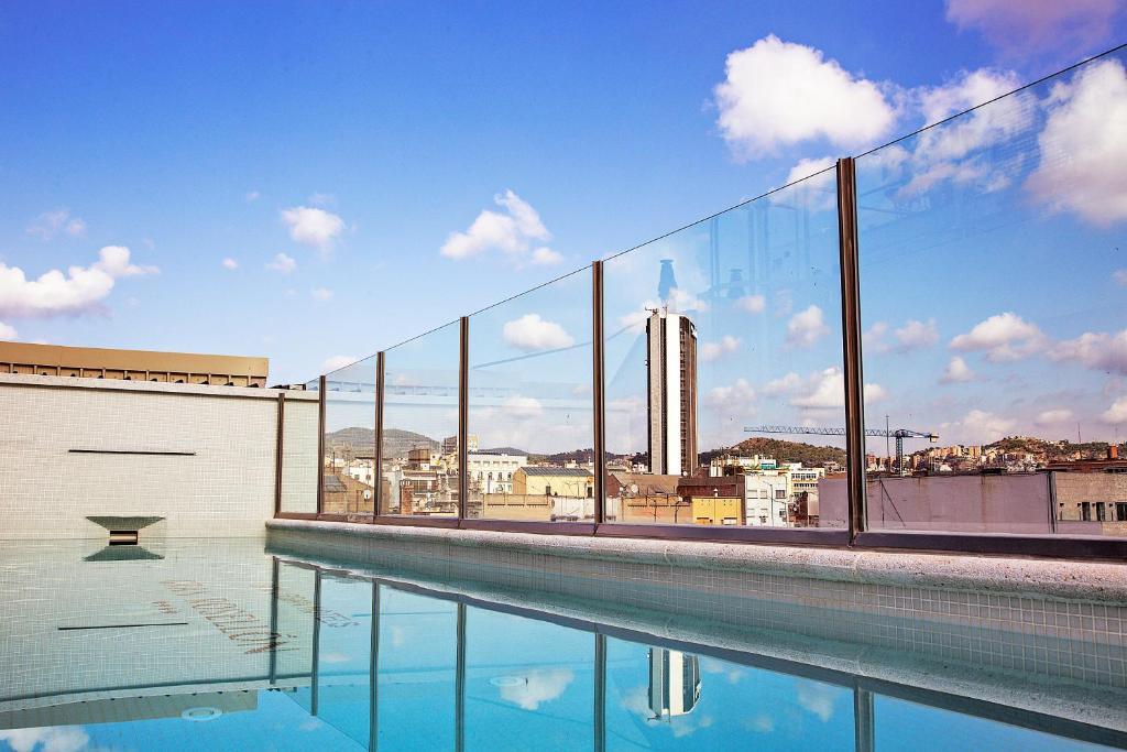 Der Swimmingpool an oder in der Nähe von Bcn Urban Hotels Gran Rosellon