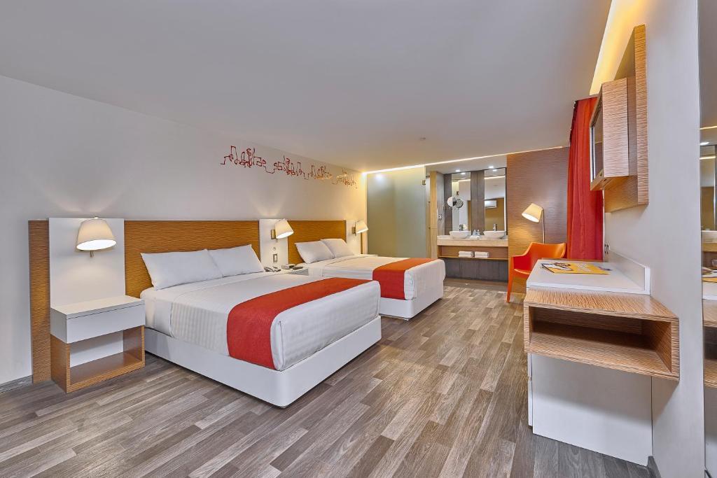A bed or beds in a room at City Express Ciudad de México Alameda