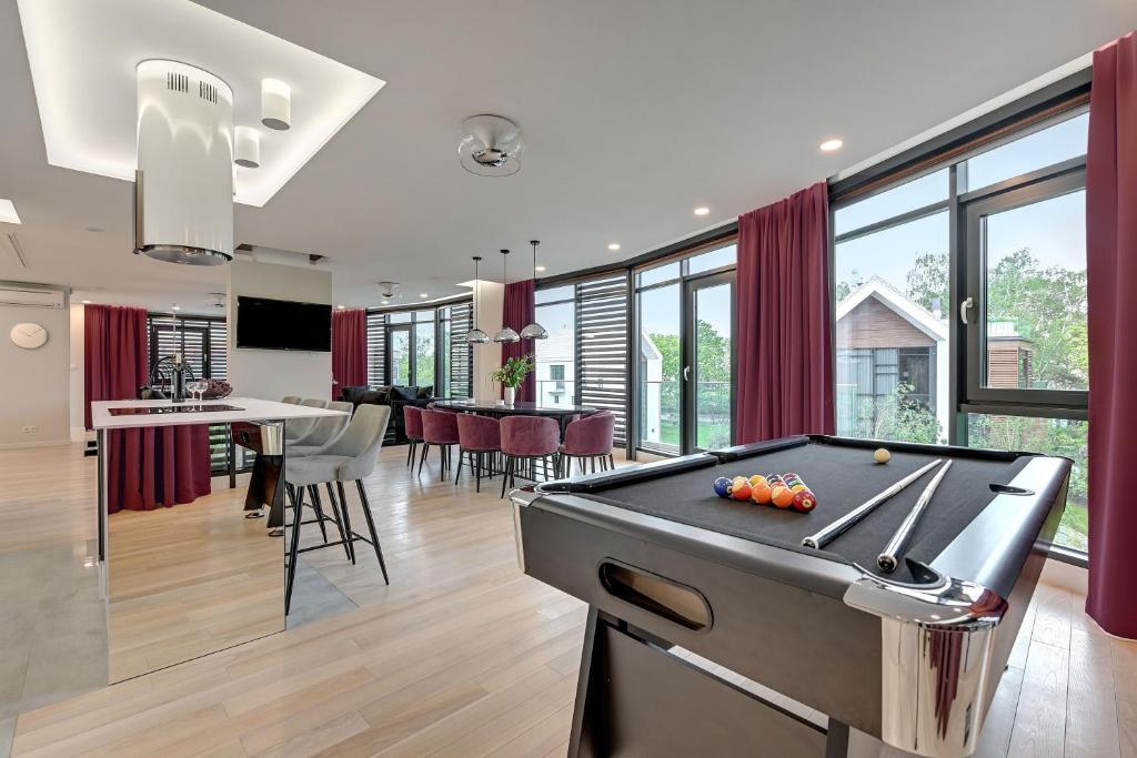 Stół bilardowy w obiekcie Flats For Rent - Sea Apartment