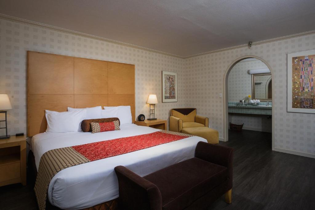 Ein Bett oder Betten in einem Zimmer der Unterkunft Menlo Park Inn