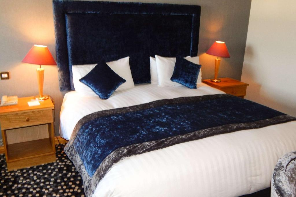 A bed or beds in a room at Clarion Collection Hotel Belfast Loughshore