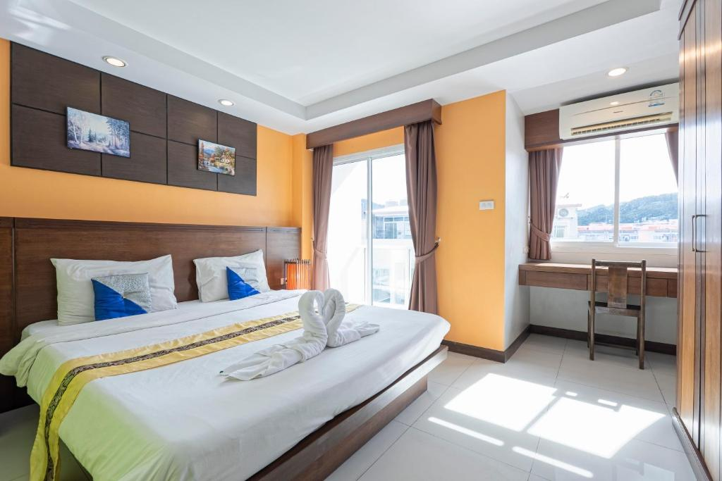 A bed or beds in a room at 7 Sky GuestHouse
