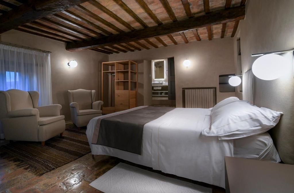 เตียงในห้องที่ Le Silve di Armenzano