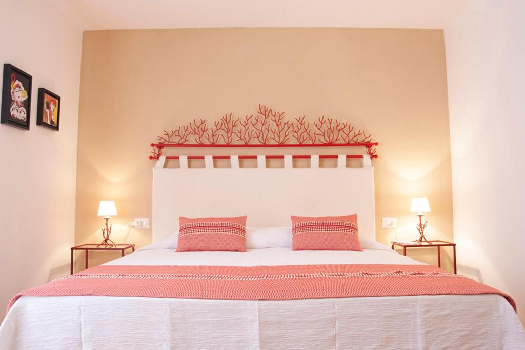 A bed or beds in a room at Valesmeralda Boutique Rooms
