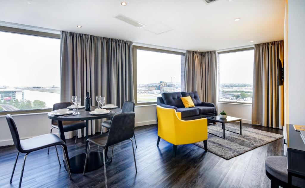 A seating area at Dockside Apartments at Excel