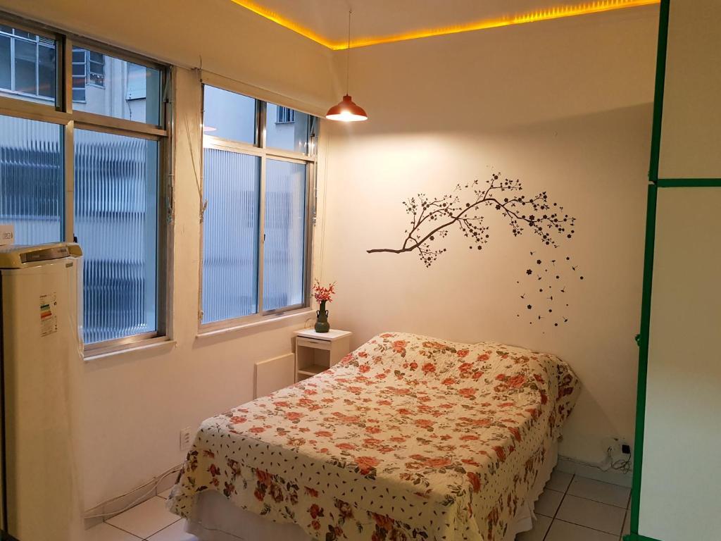 Tempat tidur dalam kamar di Loft perto da Praia de Copacabana