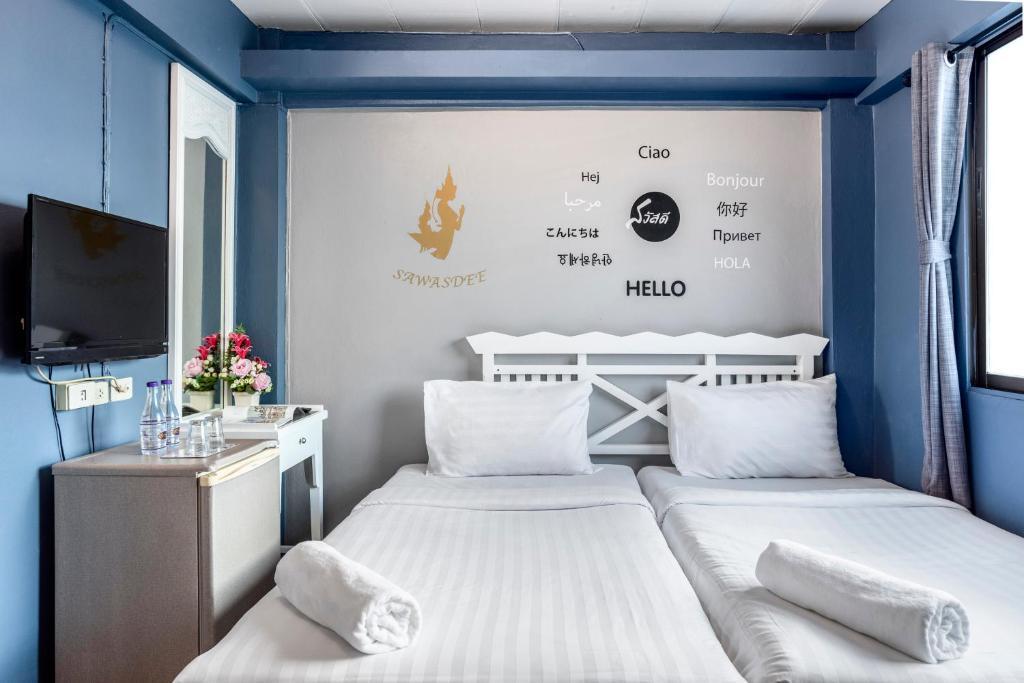 A bed or beds in a room at Sawasdee Khaosan Inn