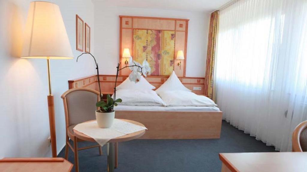 A bed or beds in a room at Hotel Wetterau