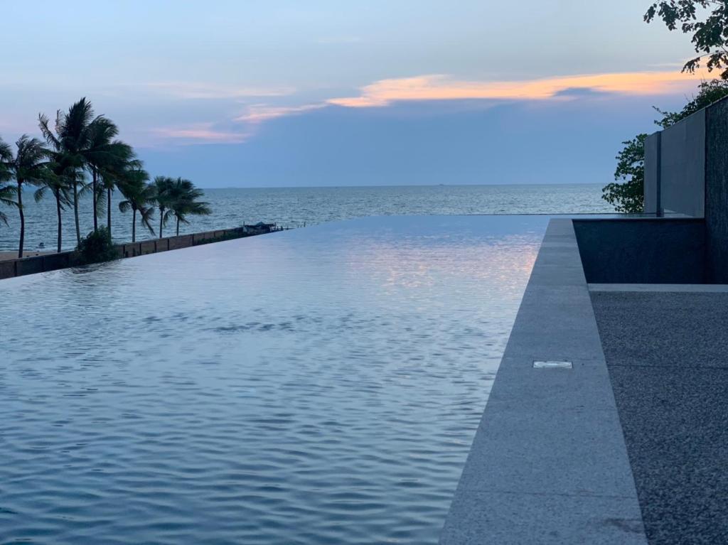 สระว่ายน้ำที่อยู่ใกล้ ๆ หรือใน Ana Anan Resort & Villas Pattaya