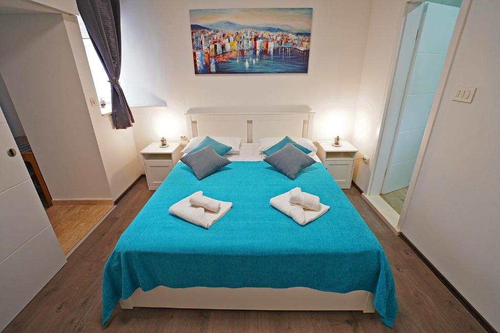 A bed or beds in a room at Harmony Apartments