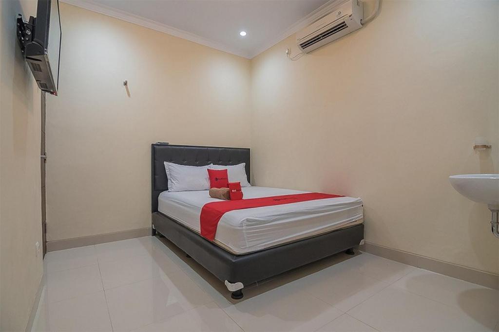 A bed or beds in a room at RedDoorz near Jalan Kusumanegara