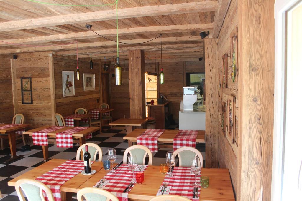 Ein Restaurant oder anderes Speiselokal in der Unterkunft Hotel Al Rom