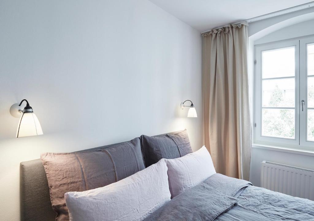 سرير أو أسرّة في غرفة في Faktorei