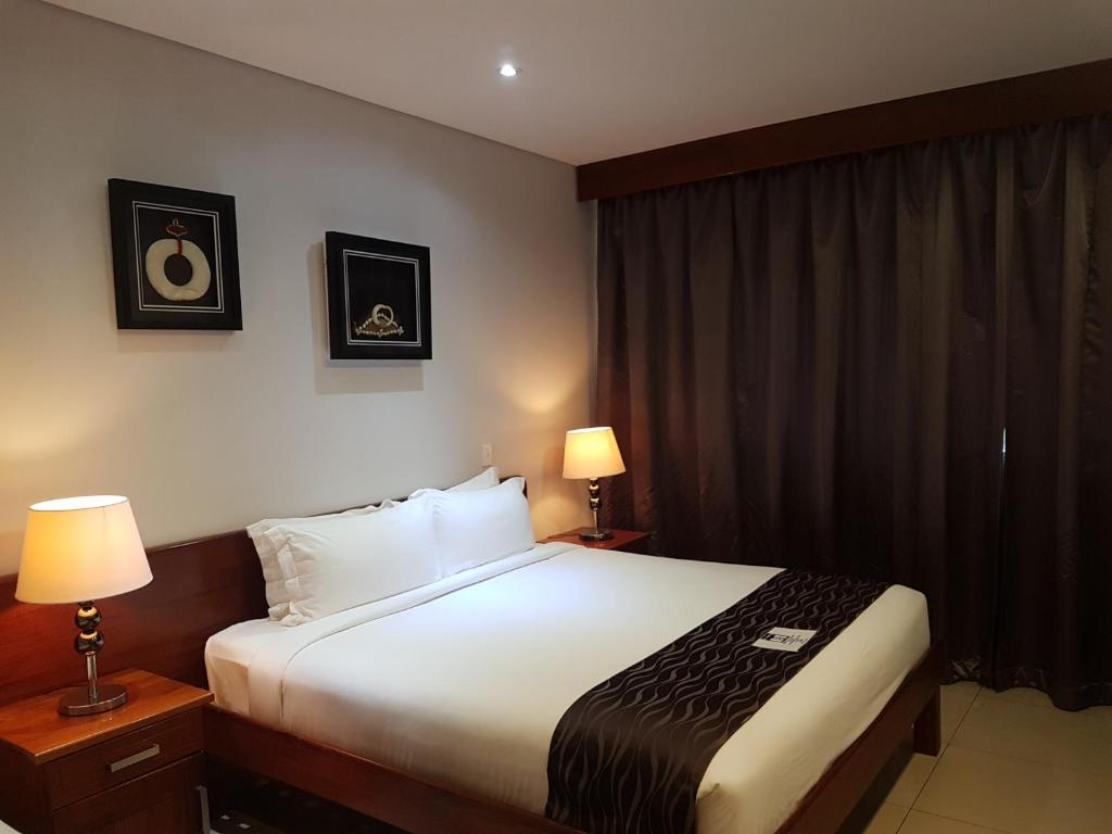 A bed or beds in a room at PADDY'S HOTEL & APARTMENTS