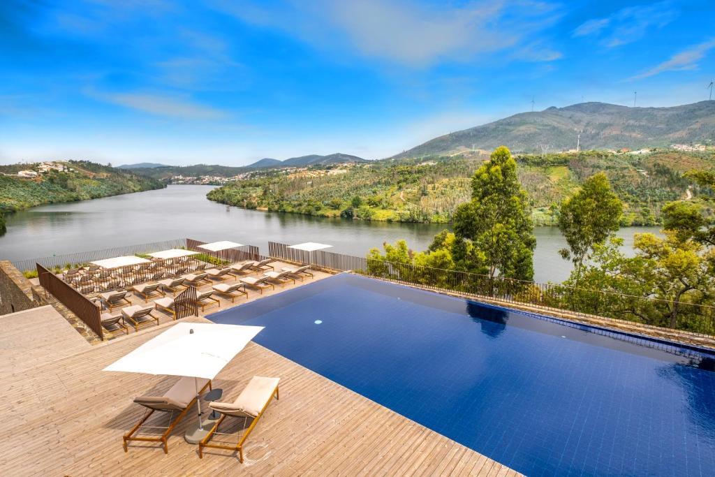 Tầm nhìn ra hồ bơi gần/tại Douro41 Hotel & Spa