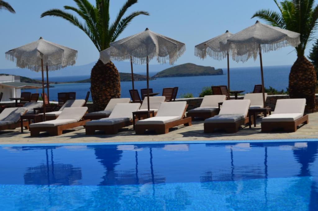 בריכת השחייה שנמצאת ב-Faros Resort או באזור