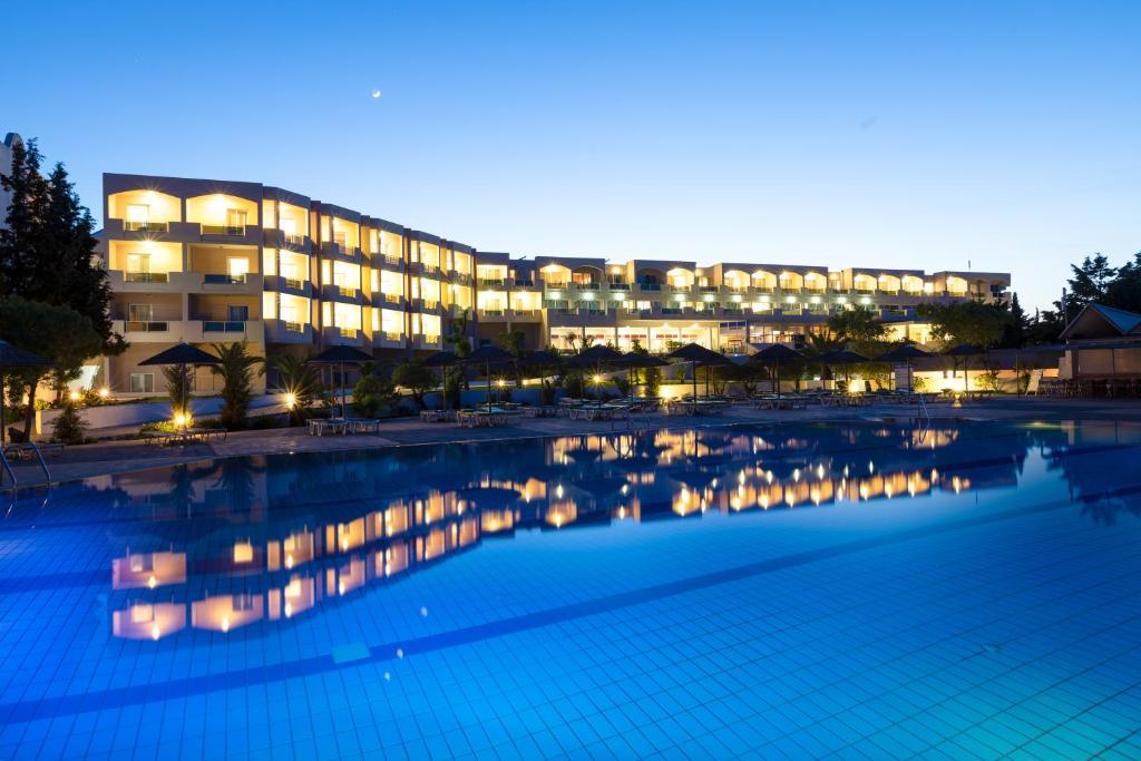 Het zwembad bij of vlak bij Sovereign Beach Hotel