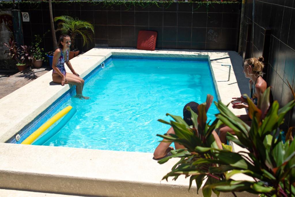 Ein Blick auf den Pool von der Unterkunft Hostel Mamallena oder aus der Nähe