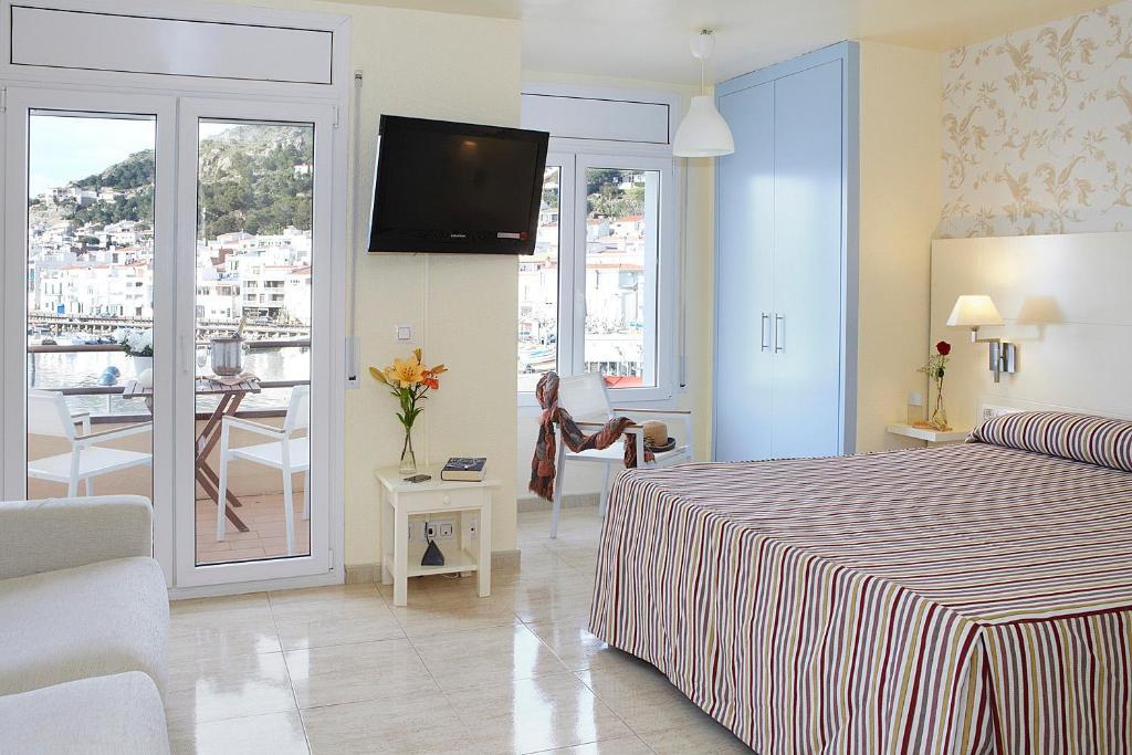 A bed or beds in a room at Hotel Spa Cap De Creus
