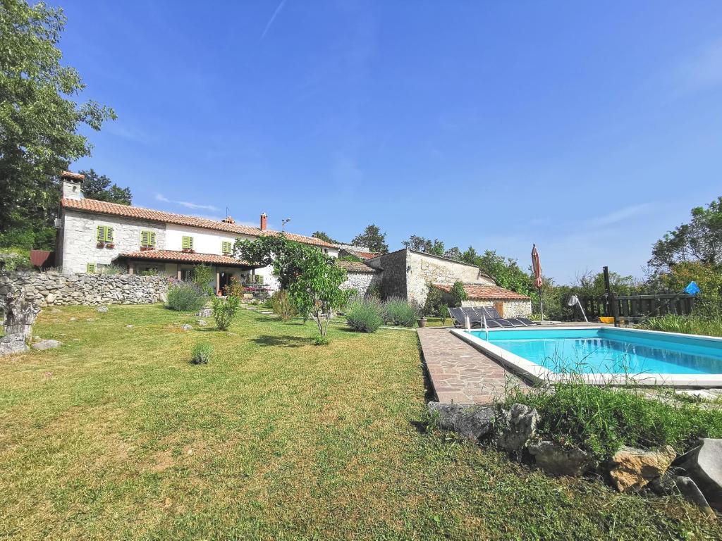 Bazen u objektu Holiday home Mavrići - Two Bedroom Holiday Home with Swimming Pool ili u blizini