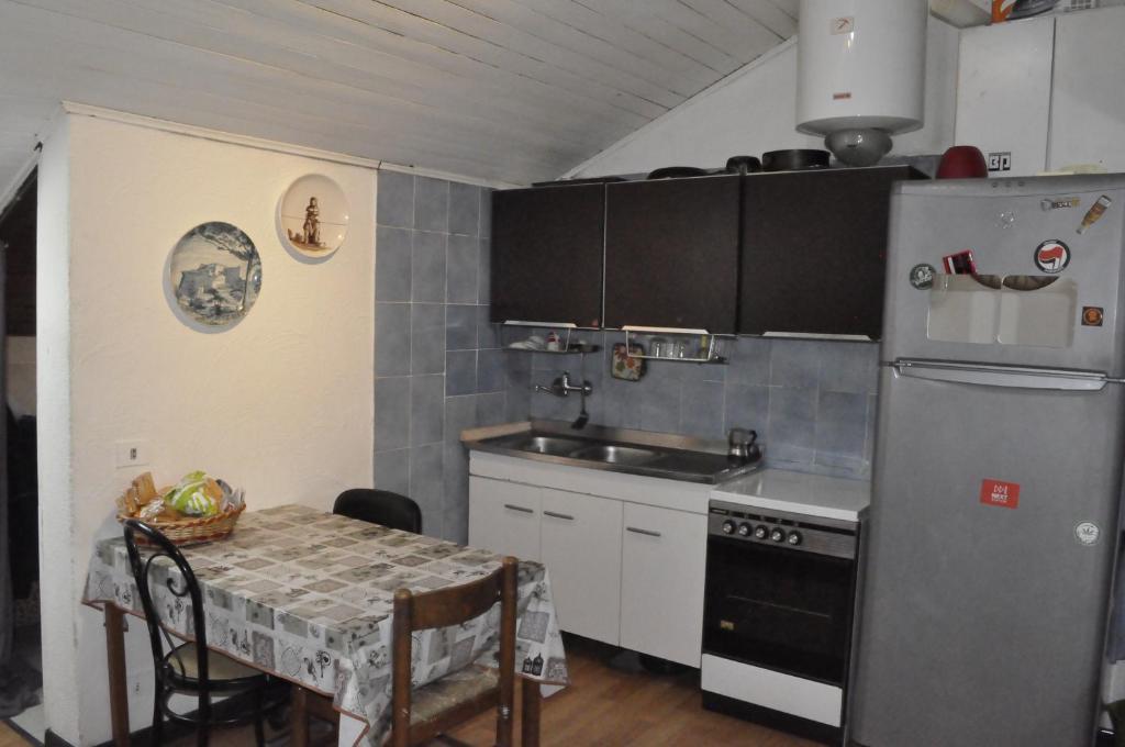 O bucătărie sau chicinetă la appartamento mansardato centralissimo,nel cuore della città. free animals