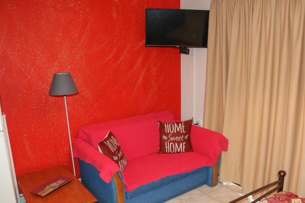 A seating area at Colourful apartments (Red passion)