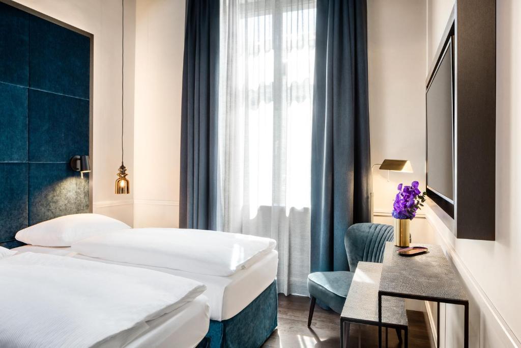 En eller flere senge i et værelse på AMO by AMANO