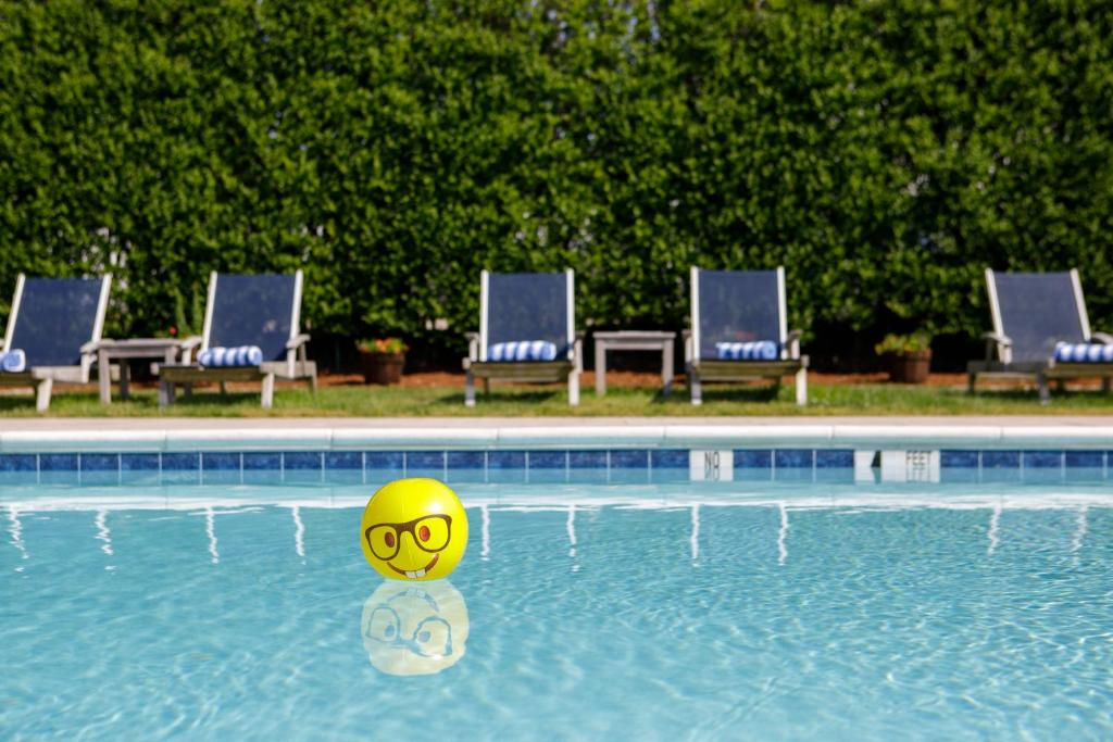 The swimming pool at or close to The Ocean Resort Inn
