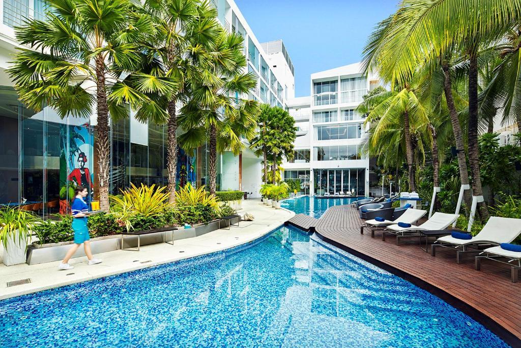 The swimming pool at or close to Baraquda Pattaya - Mgallery