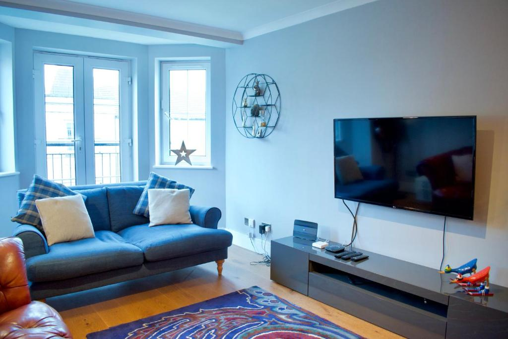 A seating area at Large 2 Bedroom Flat in Leith with Free Parking
