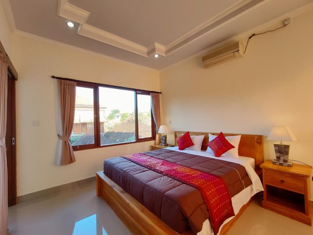 A bed or beds in a room at Jero Ratna Homestay