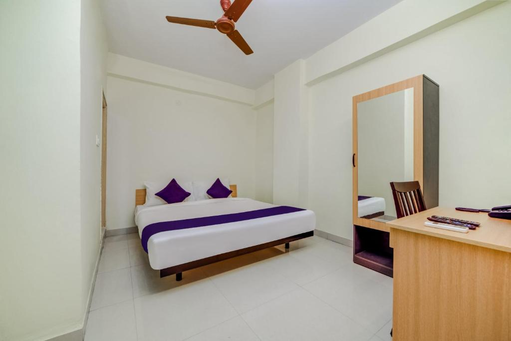 A bed or beds in a room at SilverKey Executive Stays 19907 Hafeezpet