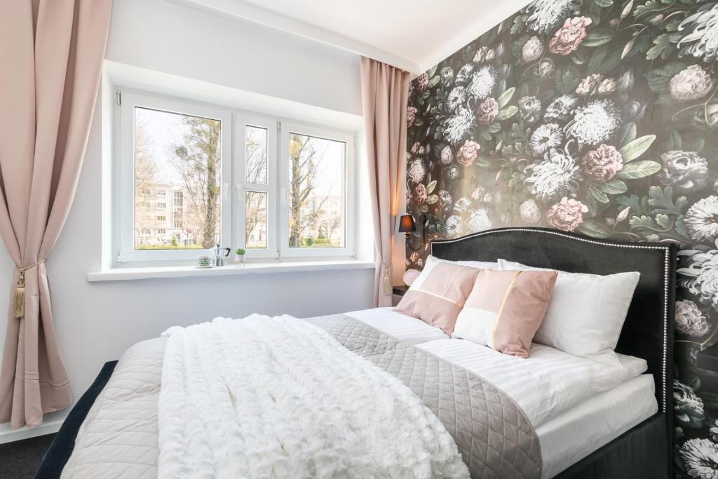 A bed or beds in a room at Rent like home - Nowolipie 5