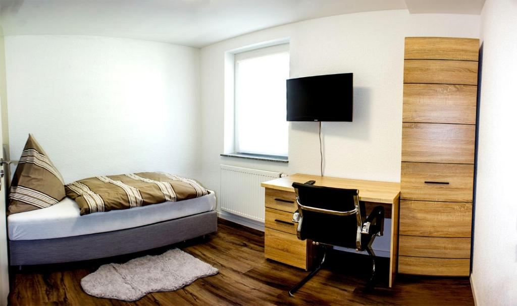 A bed or beds in a room at Pension zum Hecht