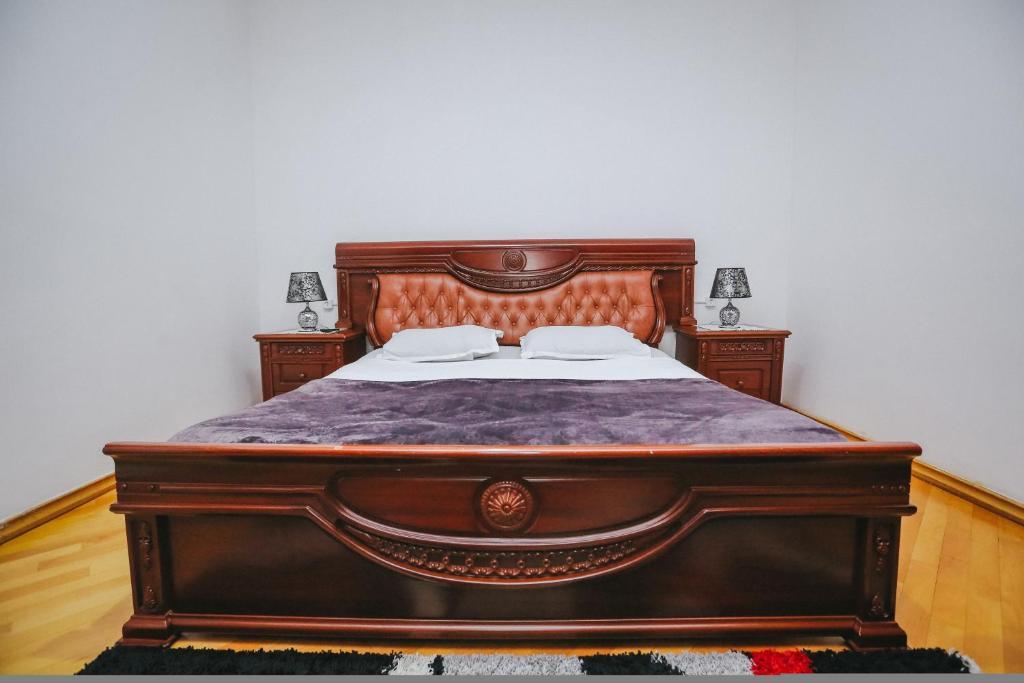 Łóżko lub łóżka w pokoju w obiekcie Kiev Kutaisi Hotel