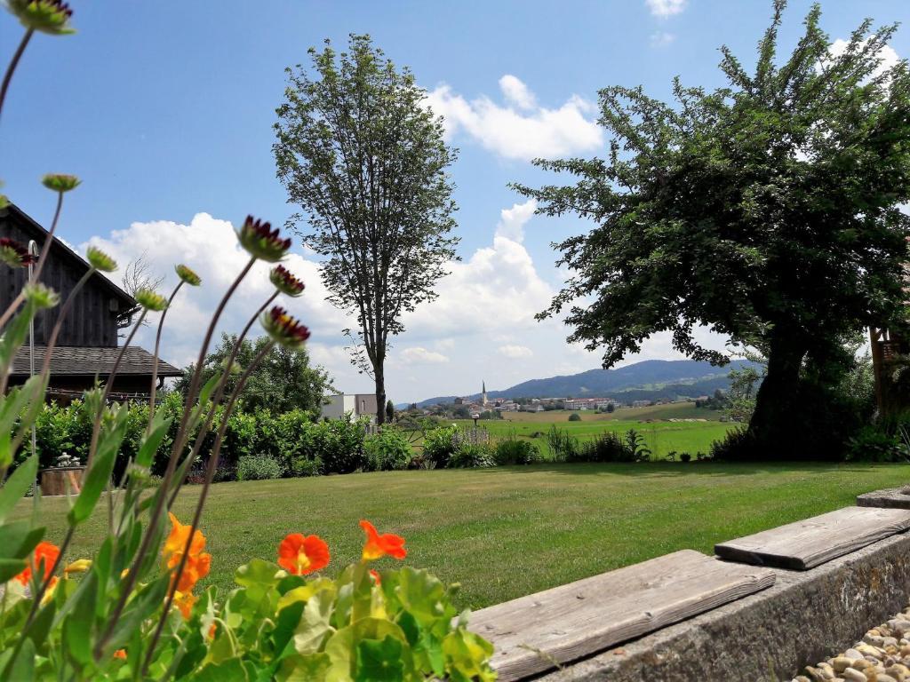 Ein Garten an der Unterkunft Ferienwohnung Felhofer
