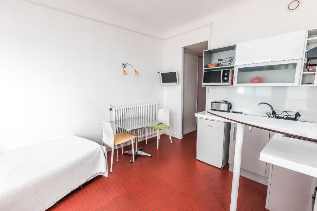 Küche/Küchenzeile in der Unterkunft Hotel Le Trident Thyrsé