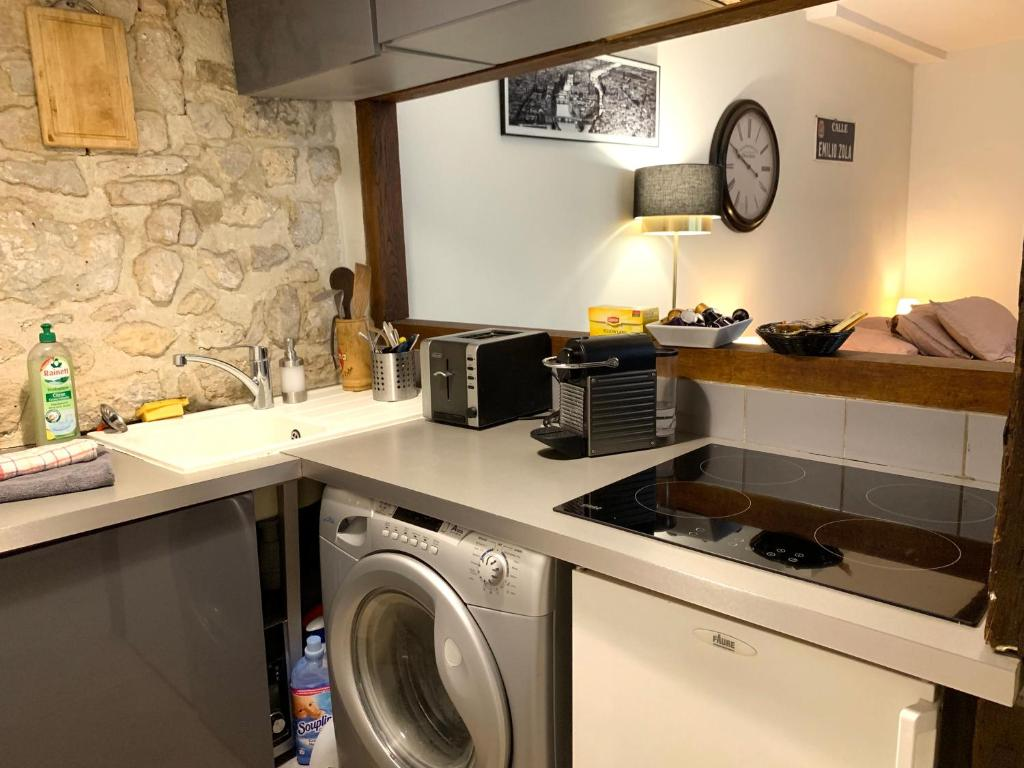 A kitchen or kitchenette at Lovely studio heart of Le Marais
