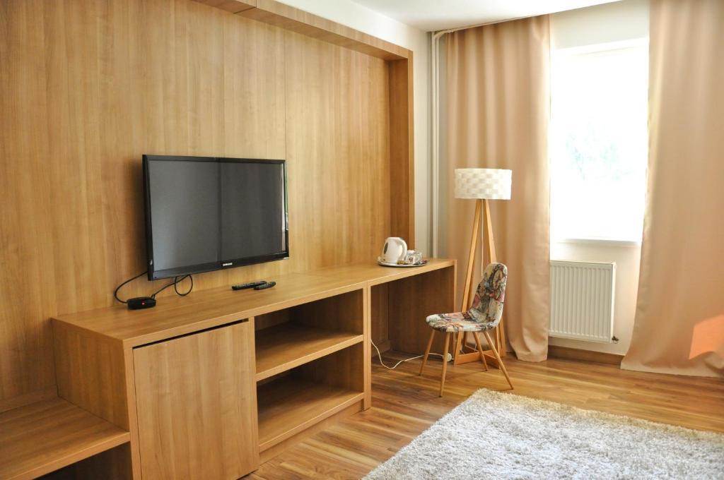 Televízia a/alebo spoločenská miestnosť v ubytovaní Hotel Garni