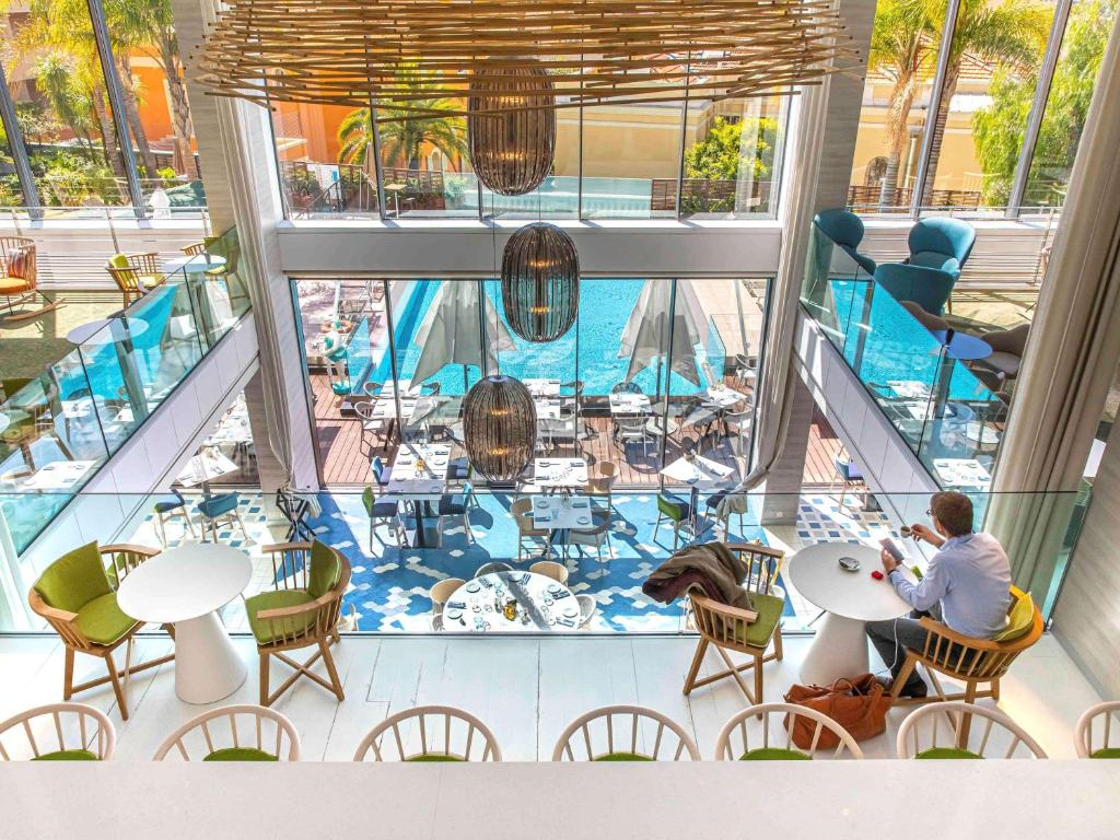 A restaurant or other place to eat at Novotel Monte-Carlo