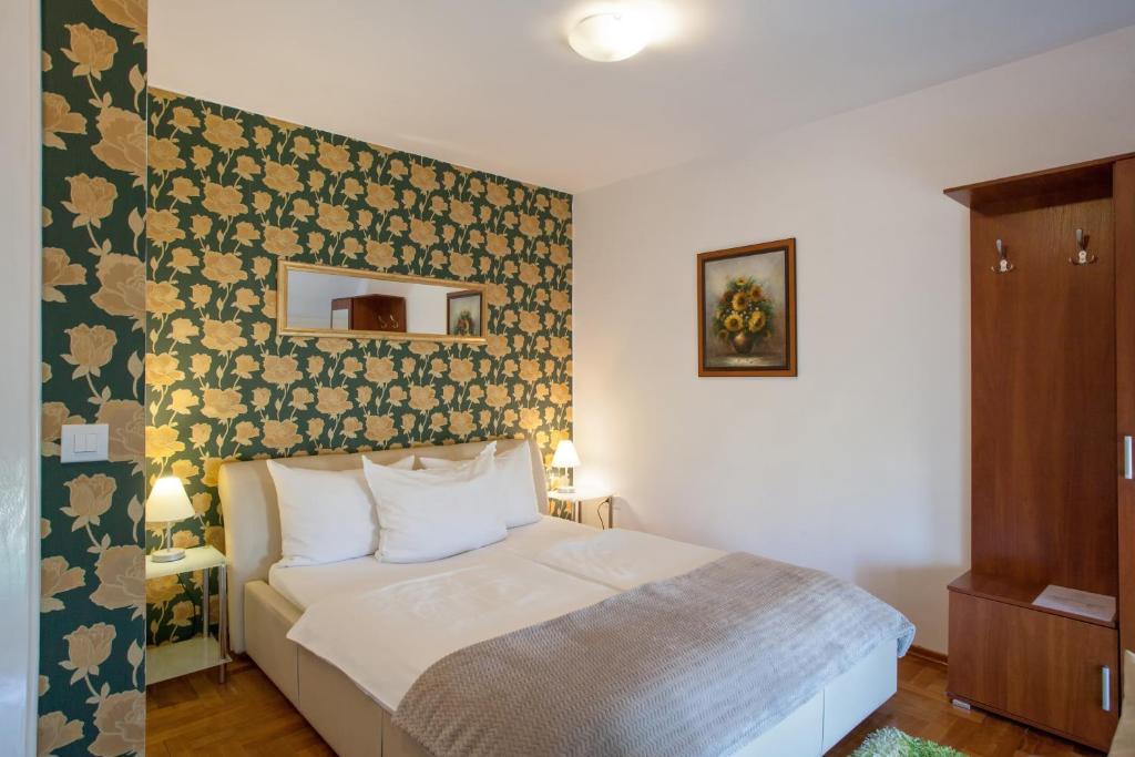 A bed or beds in a room at Vila Rosa Vukovar