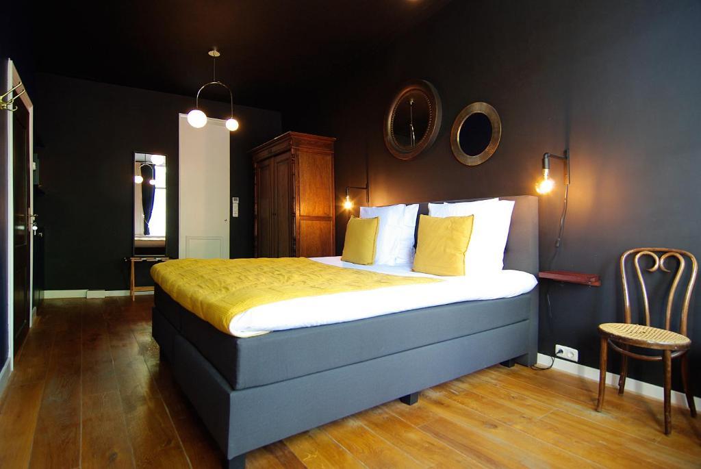 Llit o llits en una habitació de 1637: Historic Canal View Suites