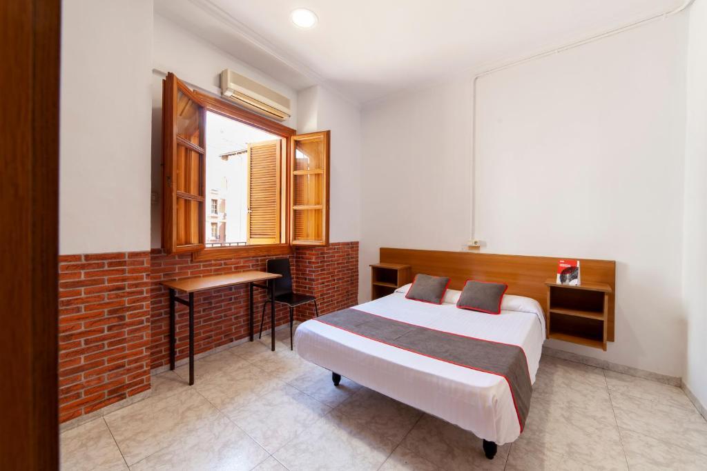 A bed or beds in a room at OYO Pensión El Rincón