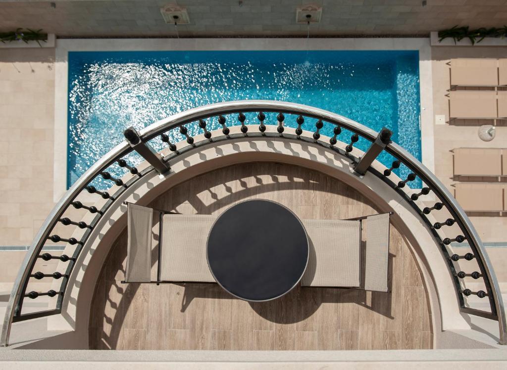 Ein Blick auf den Pool von der Unterkunft Casa Mia Rooms and Apartments oder aus der Nähe