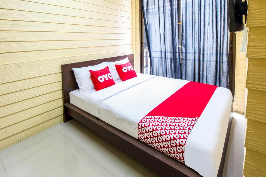 A bed or beds in a room at OYO 228 Babo House Bangkok