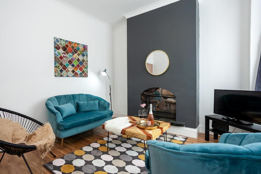 Astonishing Serviced House Parking Netflix Coventry Updated 2019 Theyellowbook Wood Chair Design Ideas Theyellowbookinfo