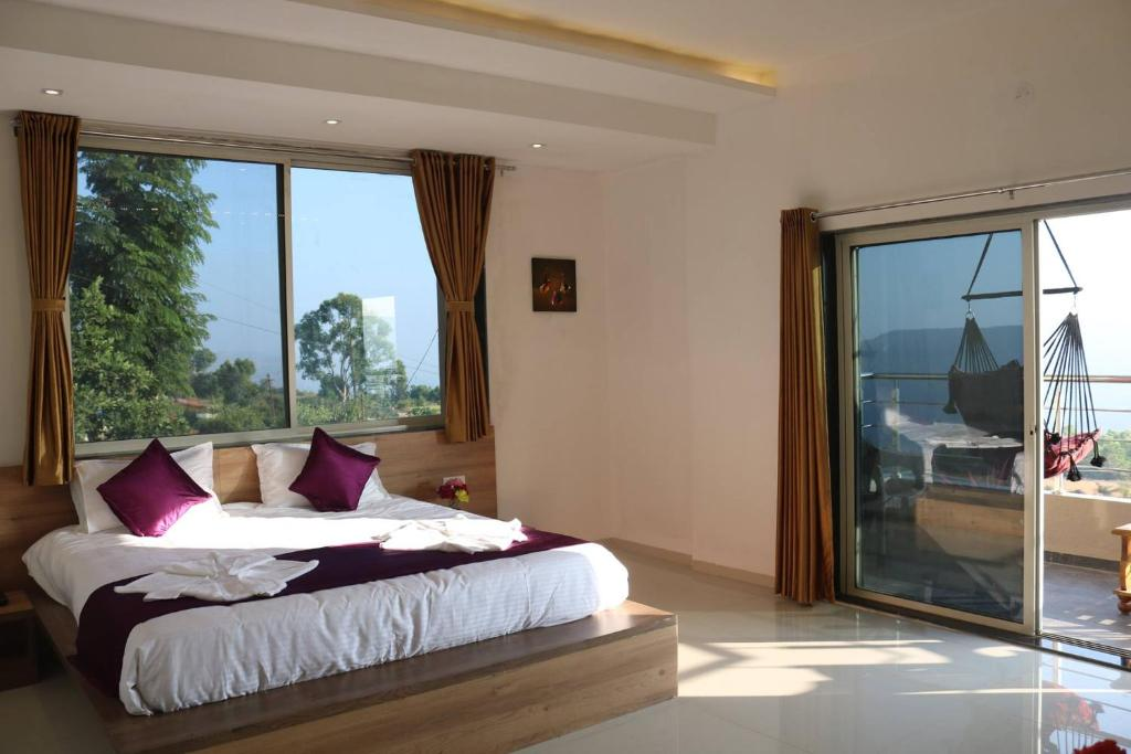 A bed or beds in a room at Hotel Mahabaleshwar Fragrance