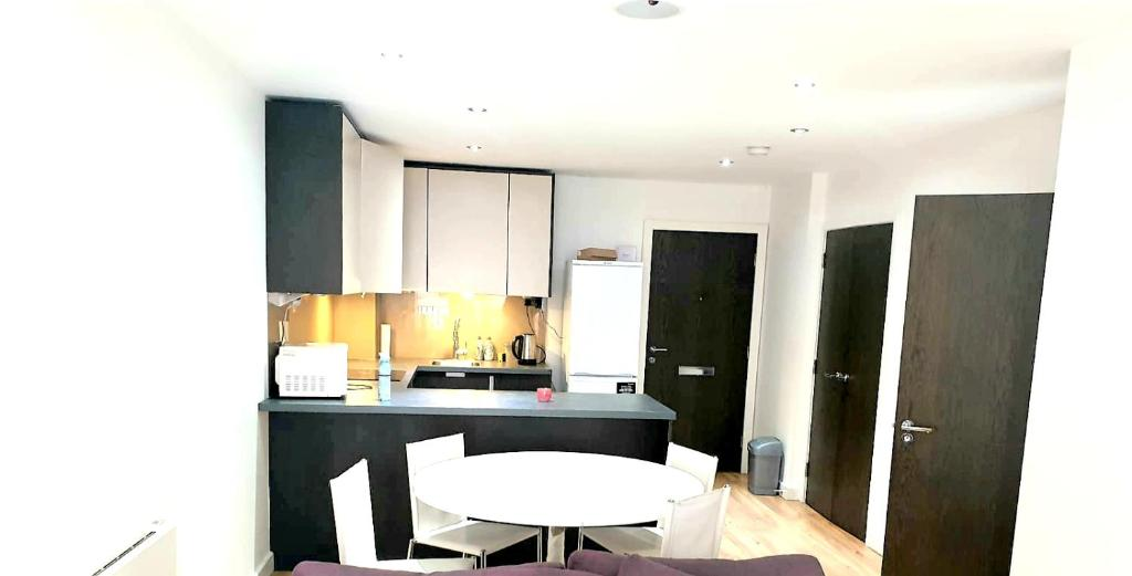 A kitchen or kitchenette at Colindale2 Avenue Apartment