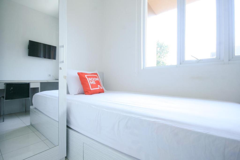 Tempat tidur dalam kamar di RoomMe BSD Pear House